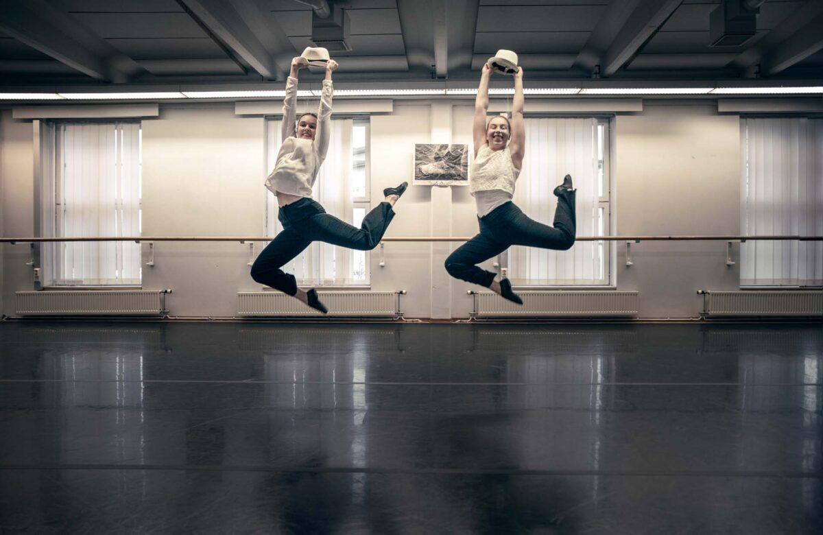 Kaksi opiskelijaa tanssii tanssisalissa.