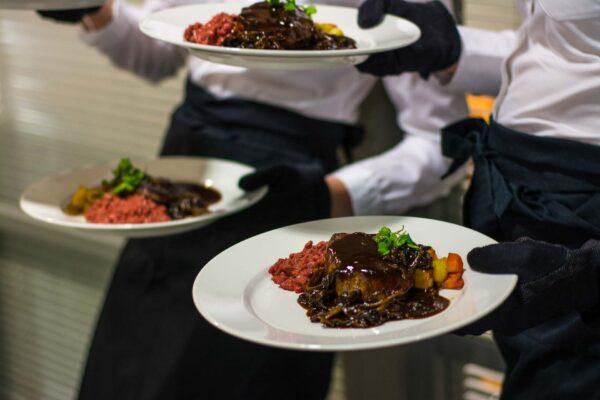 Ravintola-annoksia lautasilla.