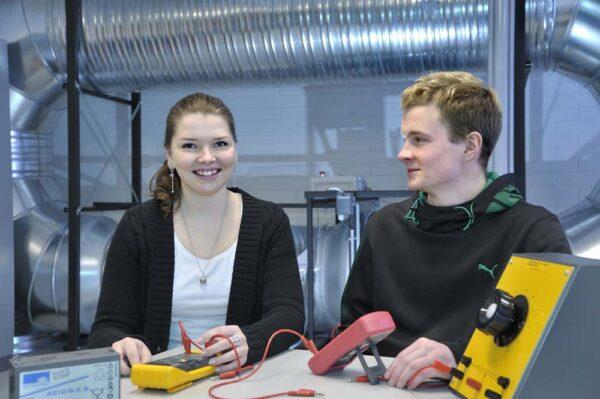 Tyttö ja poika tutkimuslaitoksessa.