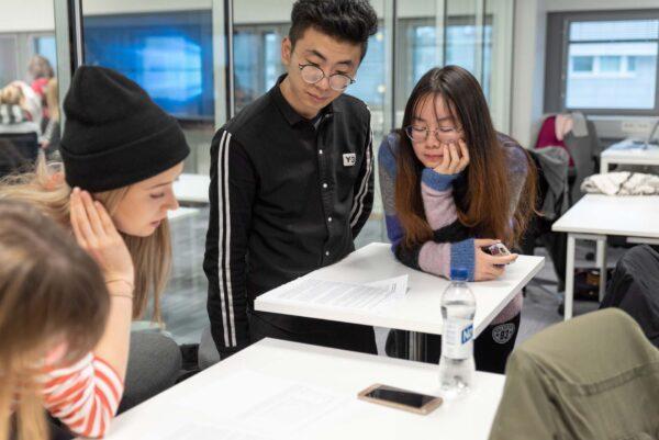 Opiskelijoita luokassa.