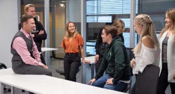 opiskelijaryhmä kuuntelee opettajaa