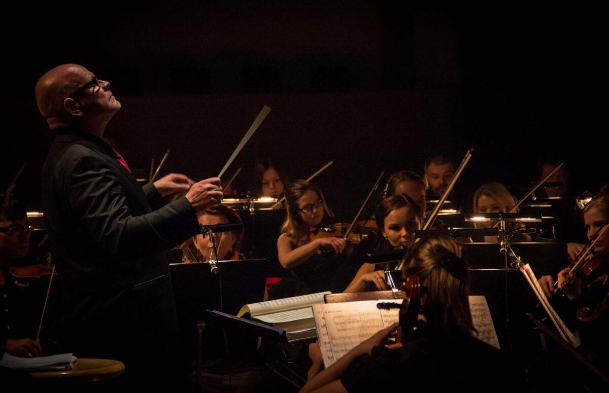 Sinfoniaorkesterin jousisoittajat ja kapellimestari