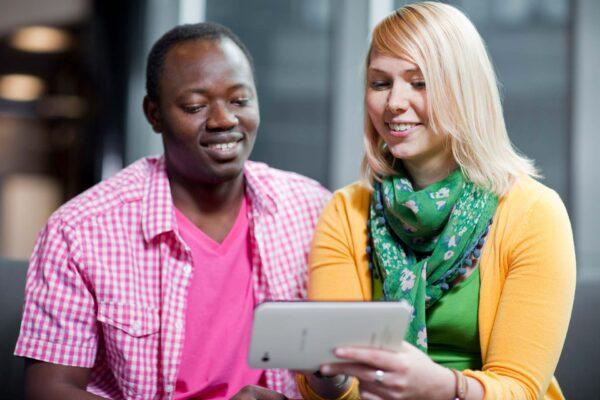 Mies ja nainen tablet-tietokoneen kanssa.