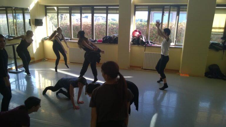Opiskelijat tanssivat tanssisalissa.