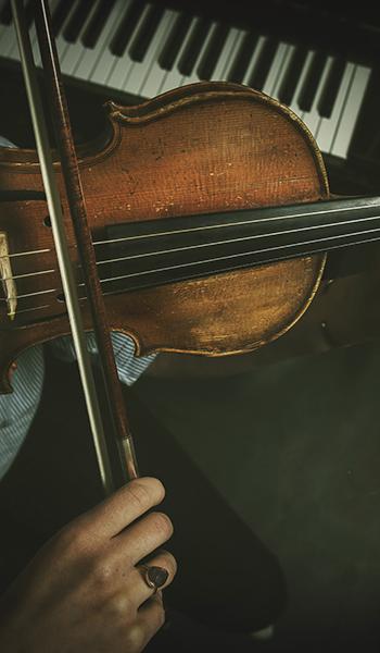 Voulisti soittaa instrumenttiaan.