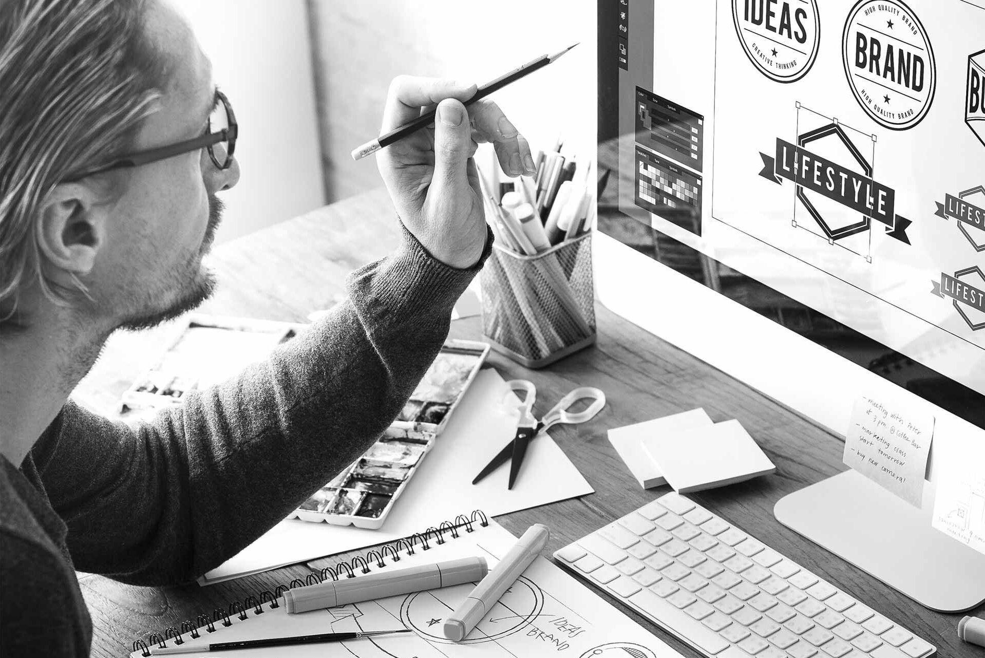 Graafinen suunnittelija työnsä äärellä.