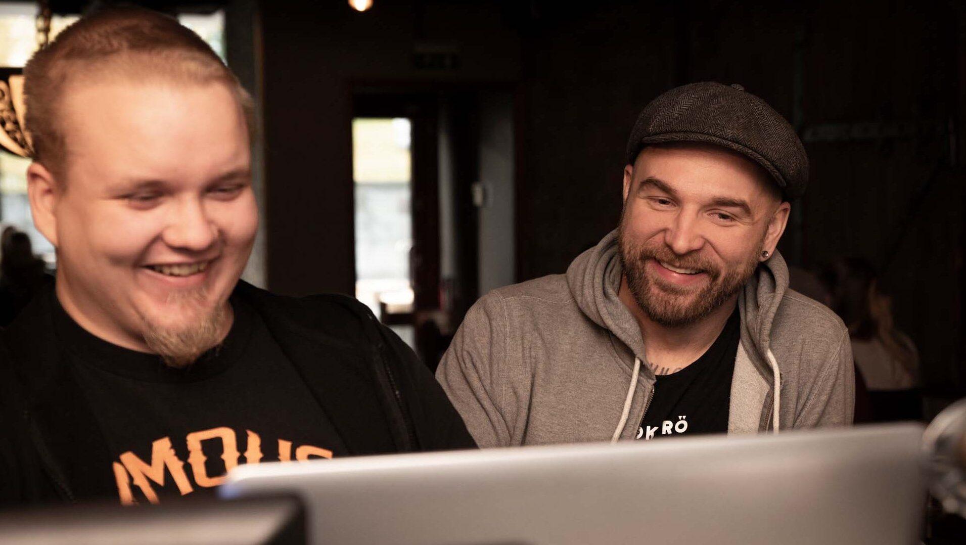 Kaksi miestä tietokoneen ääressä.