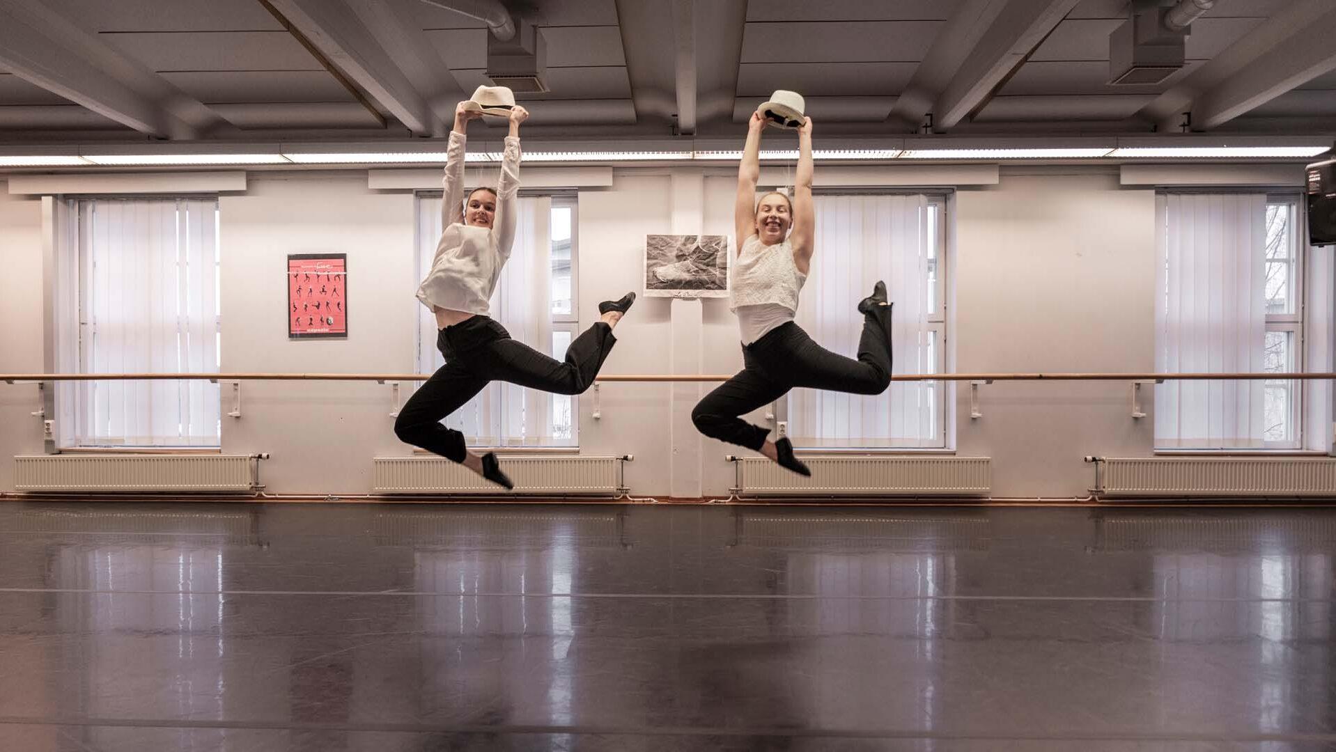 Kaksi tanssijaa esityksessä.