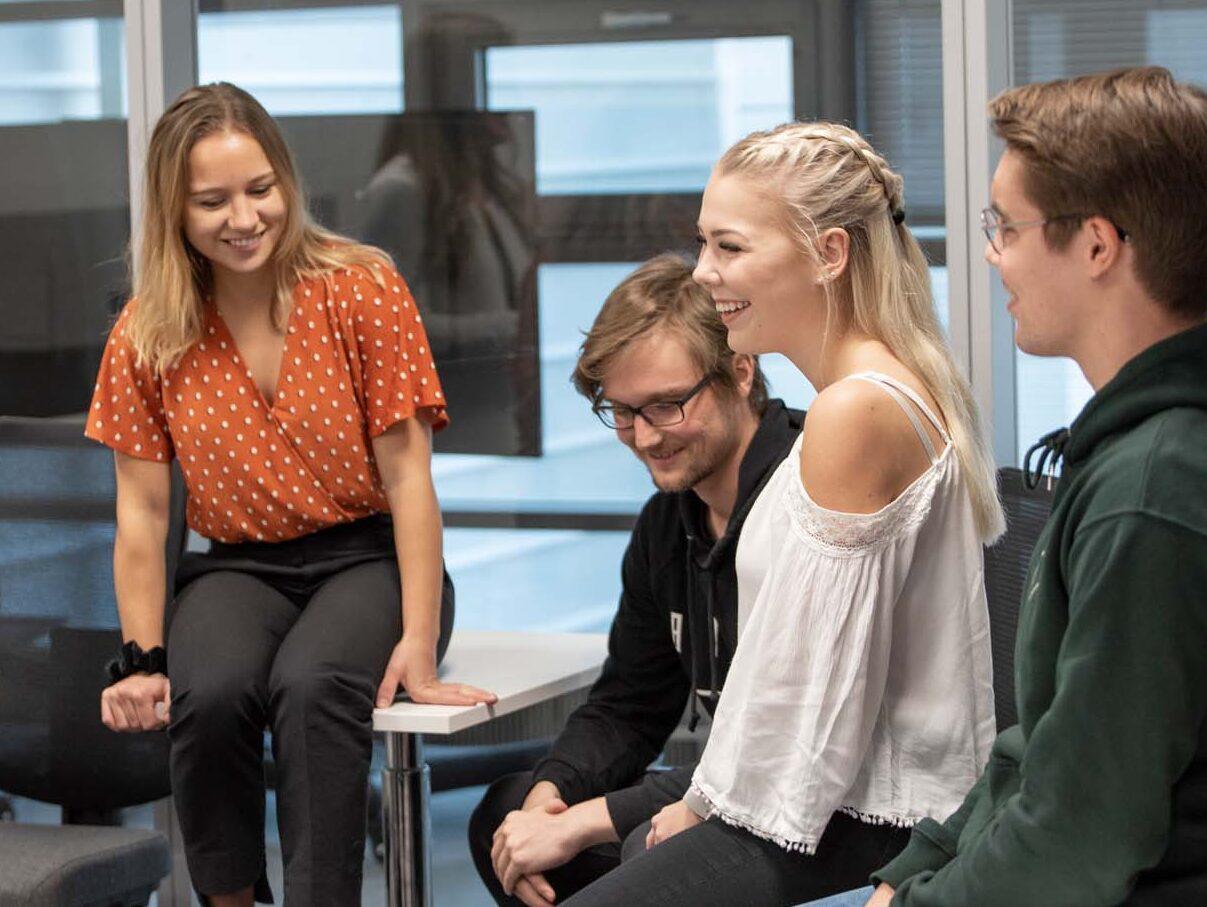 Ryhmä opiskelijoita istuu luokassa.