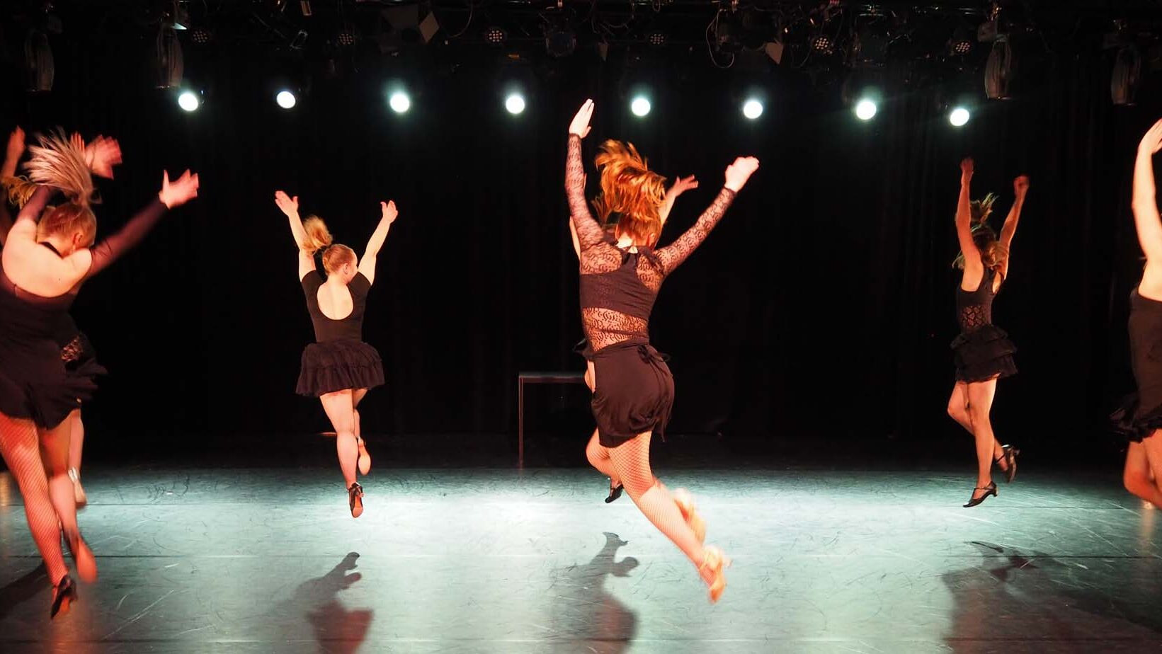 Tyttöjä tanssiesityksessä.