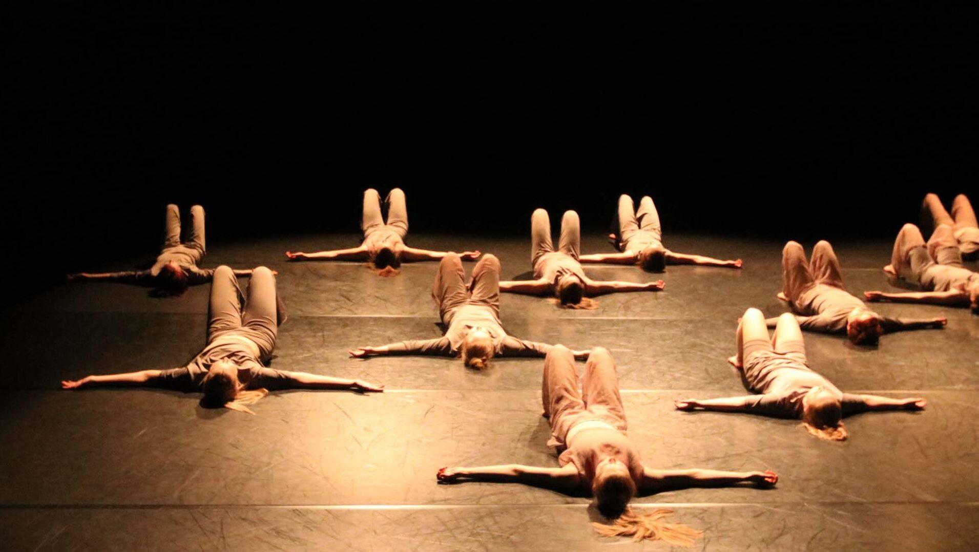 Tanssijoita teatterin lattialla.