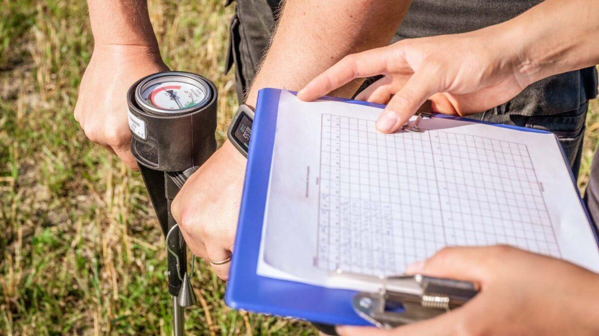 Pellon tiivistymisen mittaamista