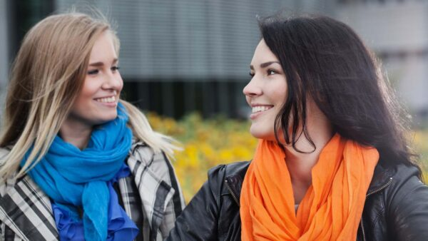Kaksi nuorta naista katsovat toisiaan.