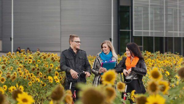 Nuoria opiskelijoita Savonian takapihalla.