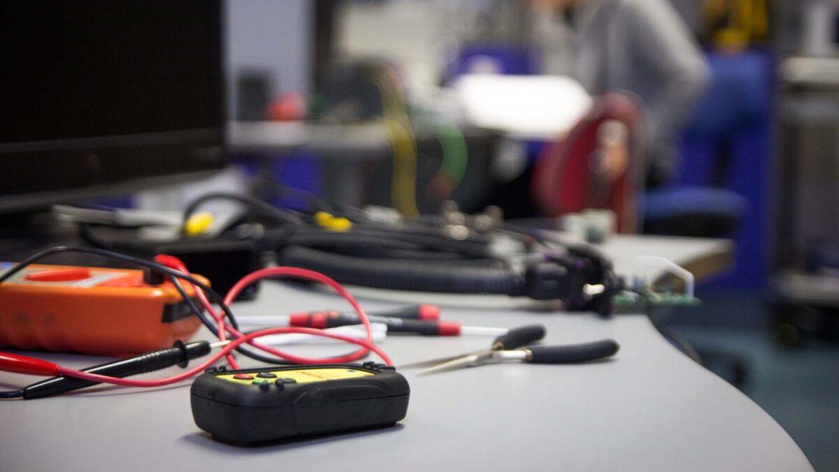 Pöydällä yleismittari ja muita työkaluja.