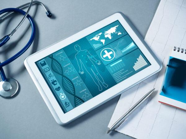 Tablettitietokone, jonka näytöllä terveystietosovellus.