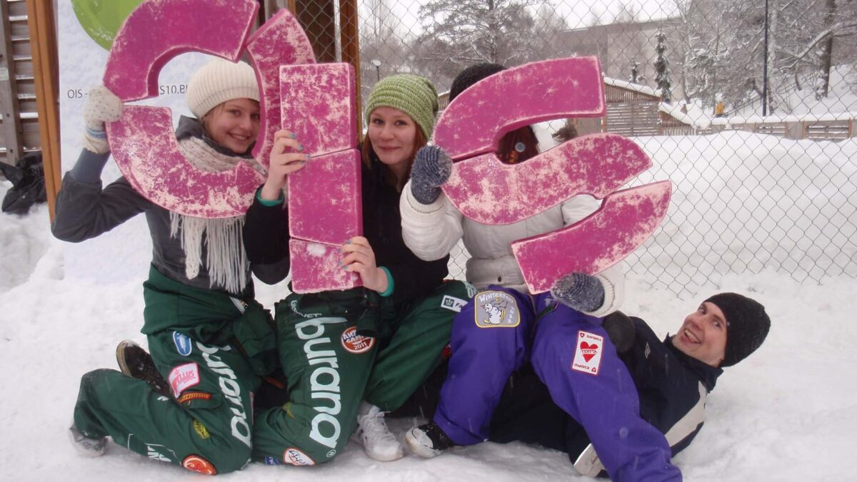 Opiskelijat lumileikeissä.