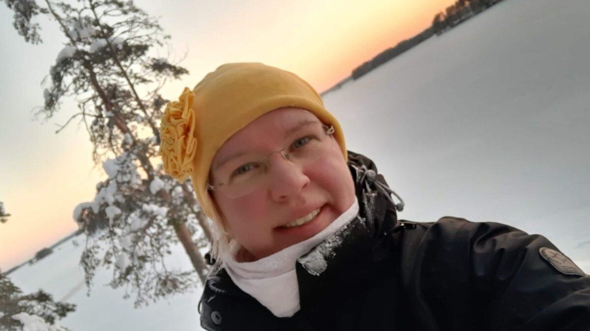 Nainen ulkoilemassa talvimaisemissa.