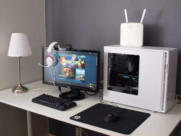 IT-laitteistoa työpöydällä.