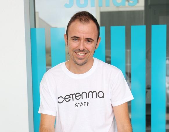 Puolilähikuva Martin Sorianosta. Hän hymyilee ja katsoo kameraan yllään valkoinen t-paita.