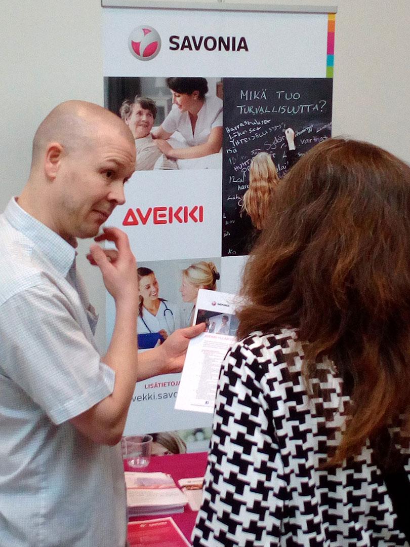 Mies esittelee AVEKKI-esitettä naiselle.