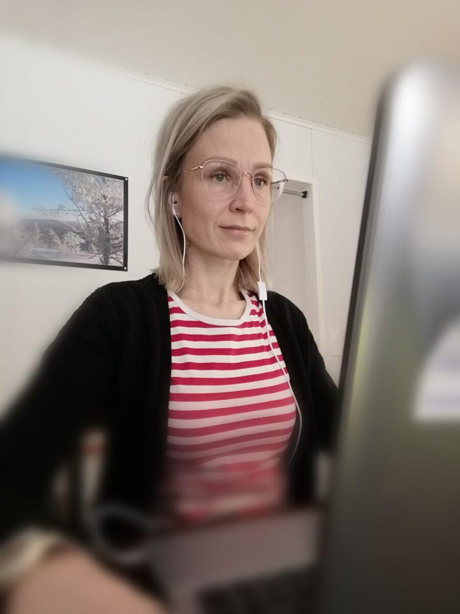 Nainen opiskelemassa tietokoneella.