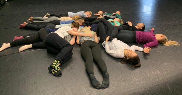 Tanssijoita makaamassa piirissä maassa.