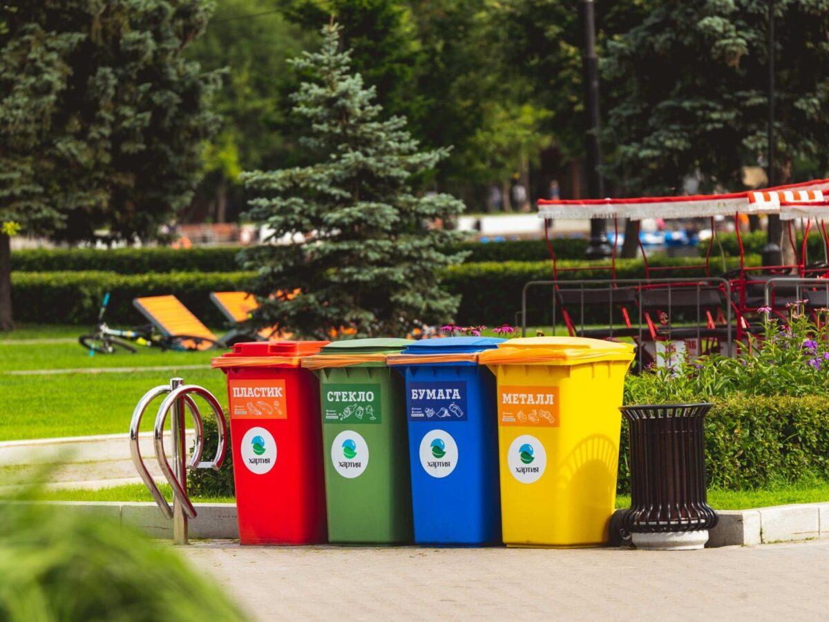 Erivärisiä roskalaatikoita.