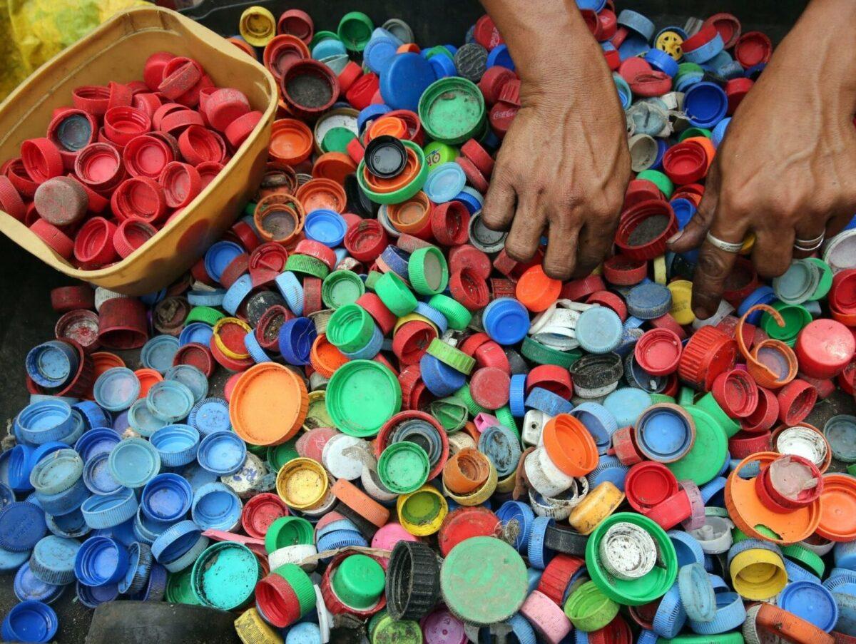 Eri värisiä käytettyjä pullonkorkkeja.
