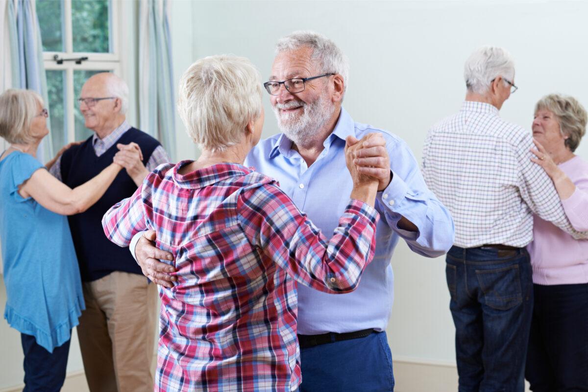 seniorit tanssivat paritansseja